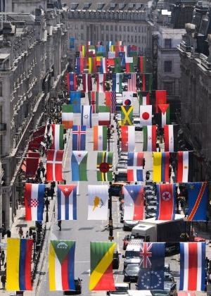 15.jun.2012 - As bandeiras dos países participantes das Olimpíadas de Londres 2012 são penduradas em rua da área central de Londres nesta sexta-feira (15)
