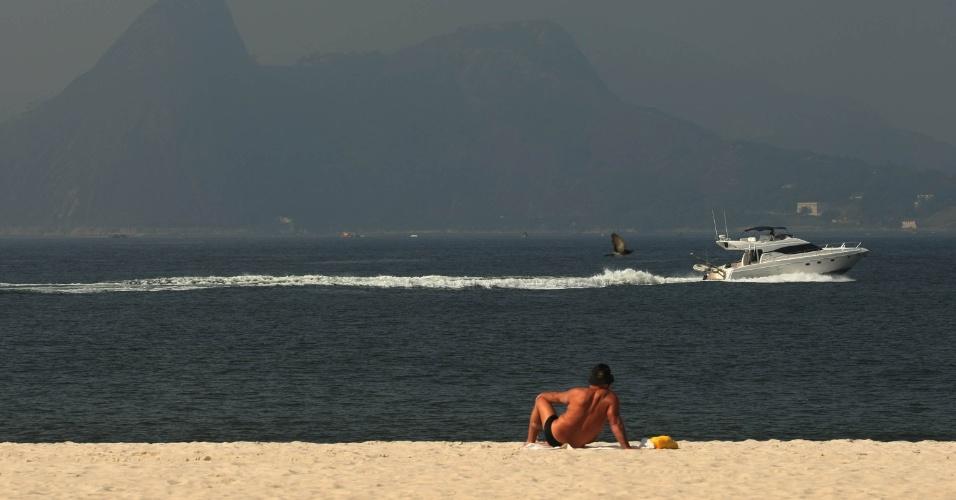 15.jun.2012 - Banhista aproveita dia de sol na praia do Flamengo, no Rio de Janeiro. A cidade é sede da Rio+20, Conferência da ONU sobre Desenvolvimento Sustentável