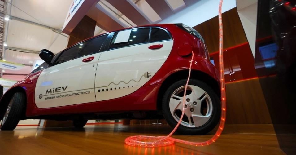 15.jun.2012 - Empresa japonesa mostra veículo elétrico no Parque dos Atletas, local de experiências bem-sucedidas em matéria de desenvolvimento sustentável