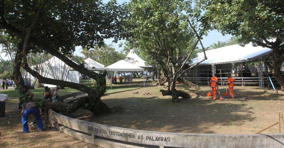 15.jun.2012 - Funcionários correram para ligar geradores e colocar cadeiras nas tendas espalhadas pela Cúpula dos Povos, no Aterro do Flamengo