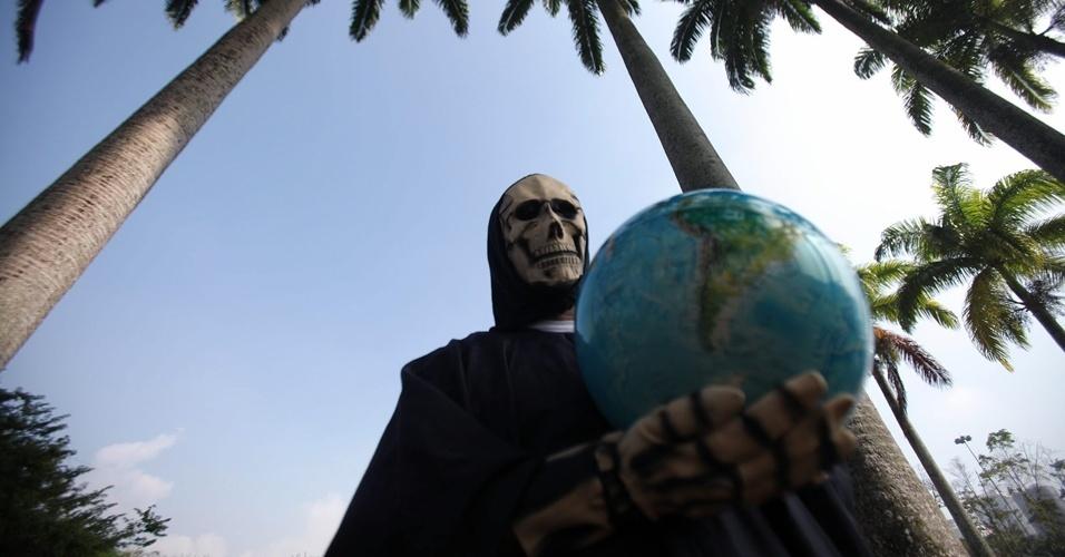 15.jun.2012 - Homem fantasiado de Morte protesta contra desmatamento das florestas durante abertura da Cúpula dos Povos, evento paralelo à Rio+20, Conferência da ONU sobre Desenvolvimento Sustentável