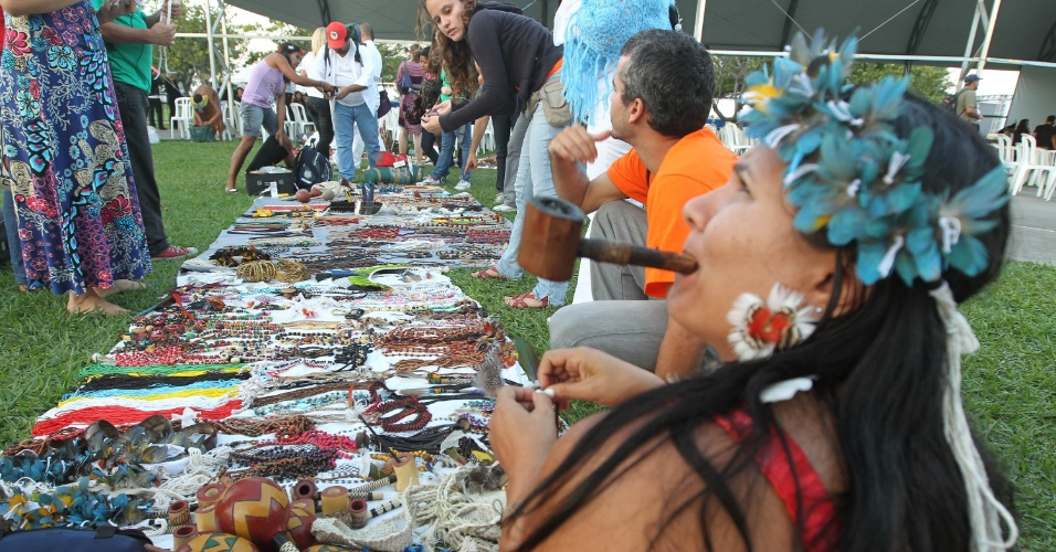 15.jun.2012 - Índios aproveitam o movimento para vender artesanato no Aterro do Flamengo
