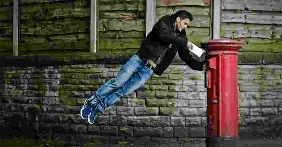 """15.jun.2012 - Jovem """"voa"""" para colocar carta em caixa de coleta dos correios em Manchester, no norte da Inglaterra. Leitores da BBC enviaram imagens diversas sobre os serviços de correios ao redor do mundo - Lindenberg Munroe/BBC"""