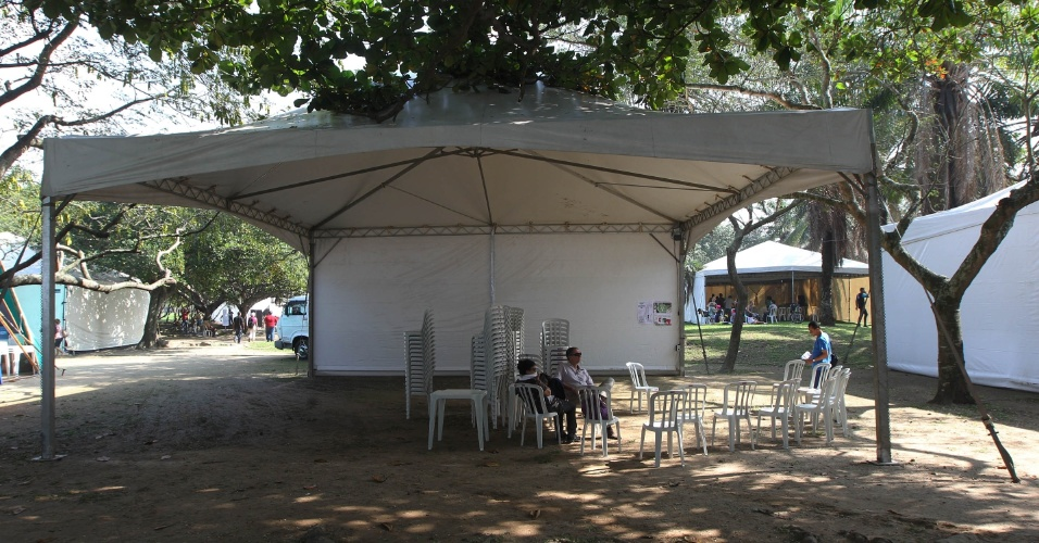 15.jun.2012 - Militantes brasileiros e do exterior chegaram com malas na Cúpula dos Povos, um dos maiores eventos paralelos da Rio+20, e encontraram tendas vazias
