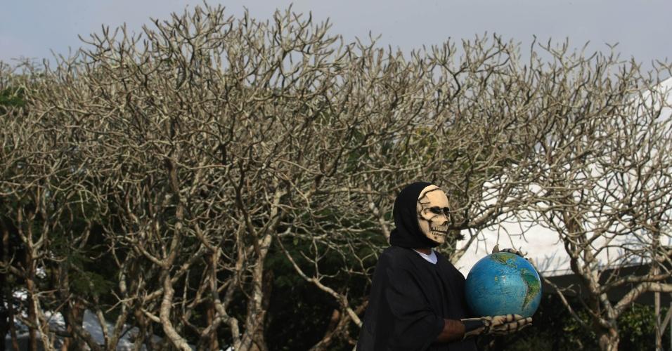 15.jun.2012 - Nelson de Souza, 53 anos, o ?homem caveira?, alertava sobre os perigos que o planeta corre durante abertura da Cúpula dos Povos, evento paralelo à Rio+20, Conferência da ONU sobre Desenvolvimento Sustentável