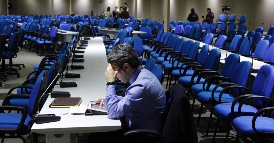 15.jun.2012 - Participante acompanha notícias a respeito da Rio+20