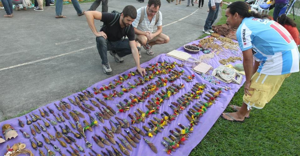 15.jun.2012 - Representantes de diversas etnias indígenas aproveitam a Rio+20 para vender artesanato e juntar renda para fazer melhorias nas tribos em que vivem