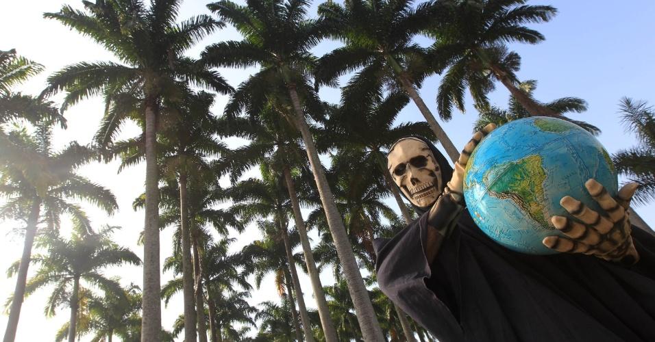 """15.jun.2012 - """"Se a gente não mudar [a forma de consumo] a morte vai levar o planeta. Precisamos fazer alguma coisa, nos unir"""", declarou o """"homem caveira"""", Nelson de Souza, que é presidente de uma fundação ambiental no interior de São Paulo"""