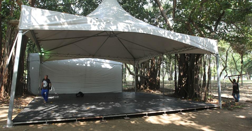 15.jun.2012 - Tendas vazias e obras marcam início da Cúpula dos Povos, um dos maiores eventos paralelos da Rio+20