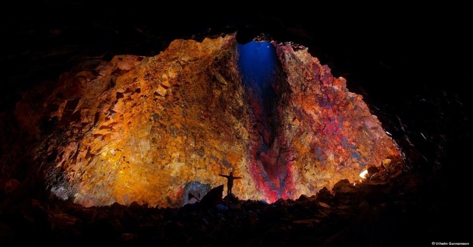 15.jun.2012 - Turista observa a grande variação de cores do vulcão islandês Thrihnukagigur