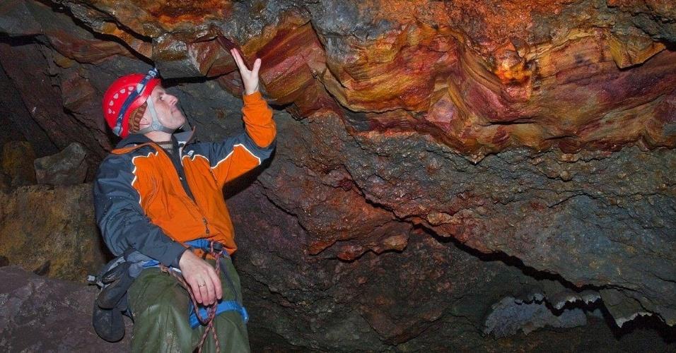 15.jun.2012 - Turista observa rochas do vulcão islandês Thrihnukagigur