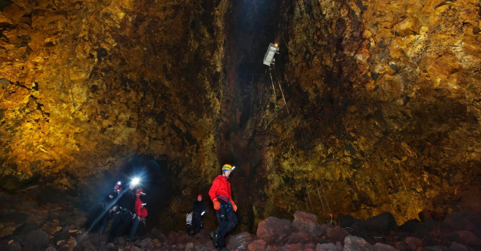 15.jun.2012 - Turistas caminham no interior do vulcão Thrihnukagigur, na Islândia