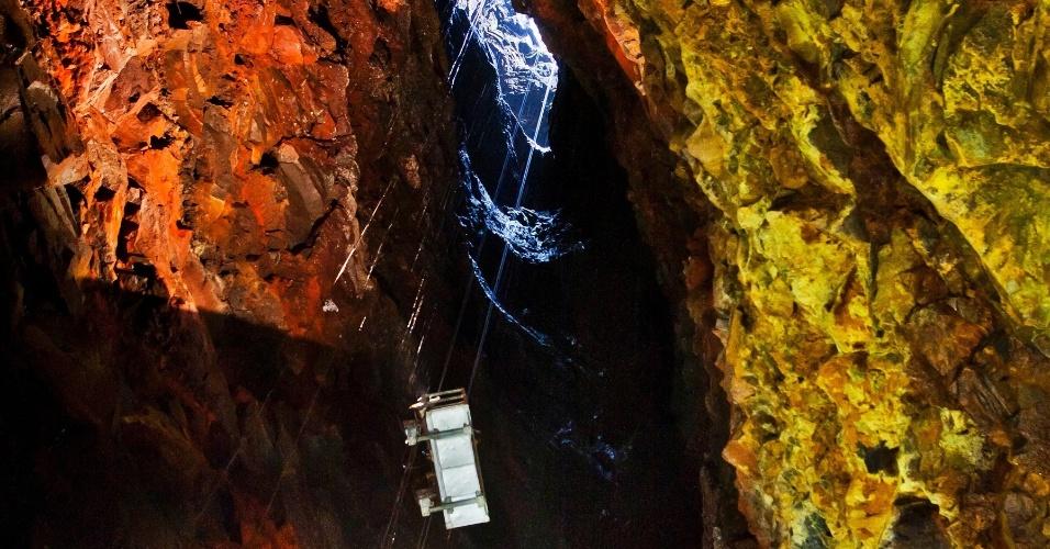 15.jun.2012 - Turistas descem numa gôndola para conhecer o vulcão islandês Thrihnukagigur