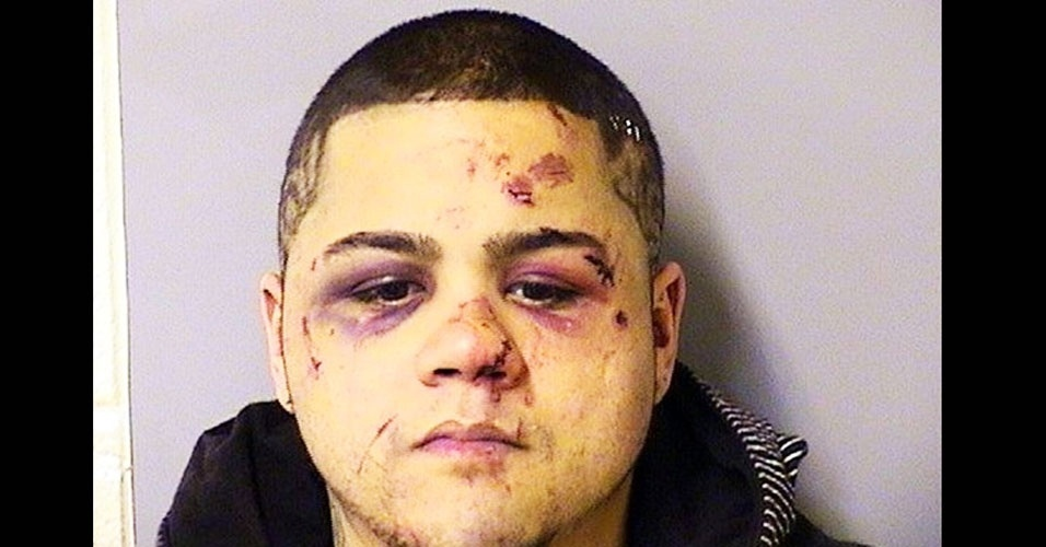 6.dez.2011 - Anthony Miranda, de 24 anos, resolveu assaltar um carro dirigido por um fortão, em Chicago (EUA). Mal sabia que estava tentando roubar um lutador de MMA que compete no maior torneio da modalidade, o UFC (Ultimate Fighting Championships). O atleta que não quis ser identificado, pegou a arma, tirou as balas e deu uma surra em Miranda. O ladrão apanhou tanto que ficou com o rosto cheio de marcas roxas