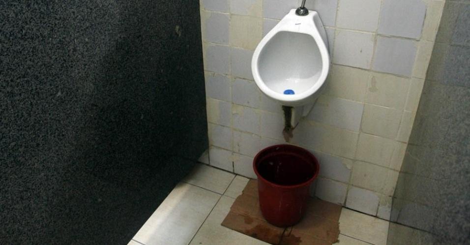 Banheiro da UFRJ com problema de vazamento; reitoria diz que falhas verificadas pela reportagem estão sendo arrumadas