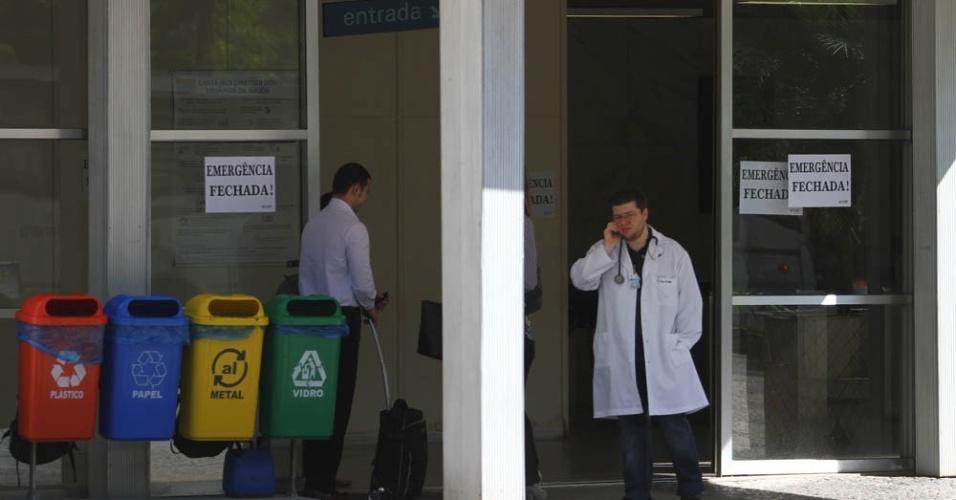 Cartazes afixados na entrada do Hospital Universitário Clementino Fraga Filho avisam que a emergência da unidade de saúde está em greve. Na quinta-feira (14), 35 professores da Faculdade de Medicina decidiram se juntar à greve nacional
