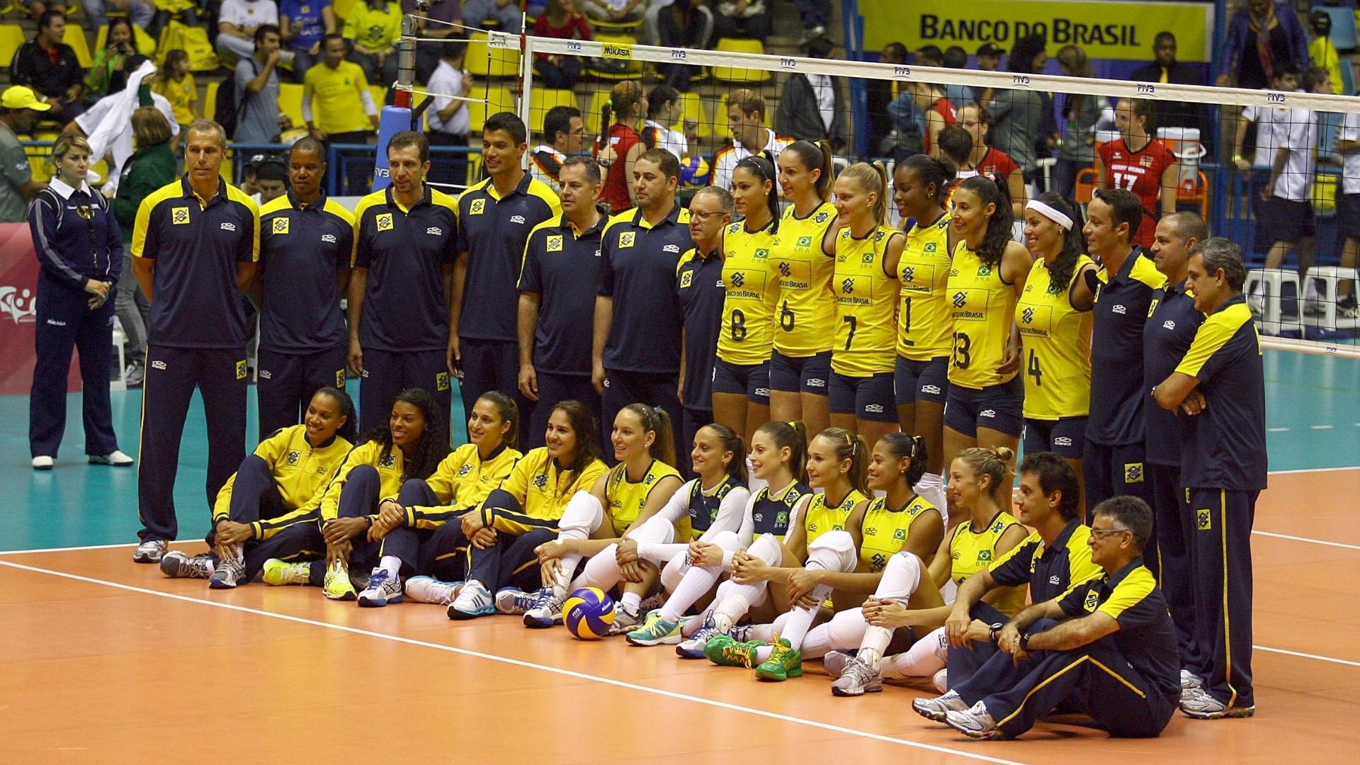Delegação da seleção brasileira de vôlei posa antes da partida contra a Alemanha, em São Bernardo