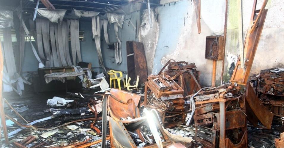 Em dezembro do ano passado, um incêndio destruiu o centro acadêmico de enfermagem. Entretanto, passados seis meses, a área continua isolada, sem qualquer obra de reparo