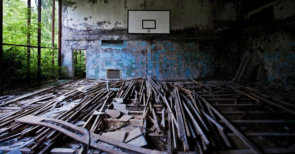 Estrutura de antigo ginásio em Pripyat, cidade abandonada após o acidente nuclear em Chernobyl