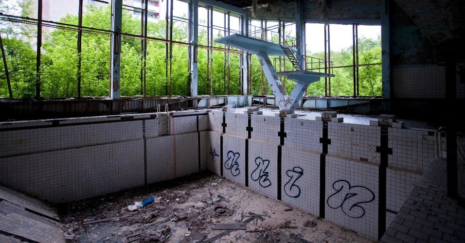 Estrutura de piscina antiga em Pripyat, cidade abandonada após o desastre nuclear em Chernobyl