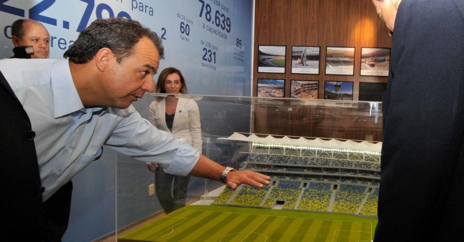 Governador Sérgio Cabral observa maquete de como ficará o Maracanã após a reforma (15/6/2012)