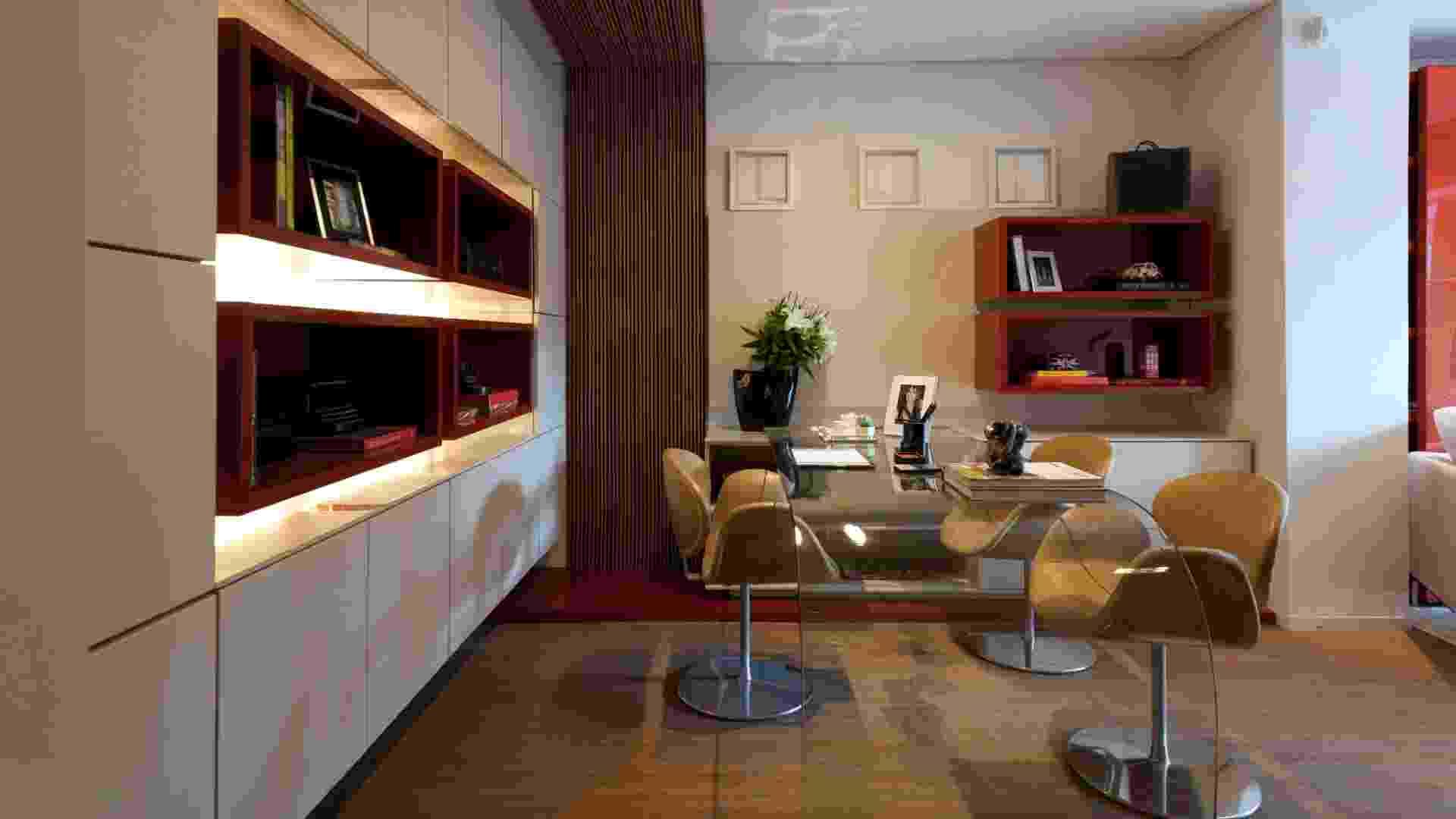 Home Office desenhado pela designer de interiores Jóia Bergamo dá ênfase para os nichos vermelhos revestidos por laca brilhante (Espelhatto Fired Bric) que medem 90 x 27,3 cm e para a mesa de vidro da linha Curve, ambos da Segatto (www.segatto.com.br). Com preços variáveis segundo as medidas escolhidas pelo cliente, a mesa, por exemplo, tem custo inicial de R$ 12 mil. Preços pesquisados em junho de 2012 e sujeitos a alterações - Divulgação