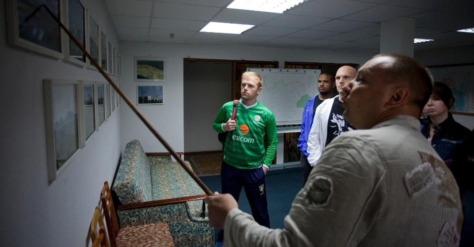 Homem com camisa da Irlanda visita Pripyat, cidade que foi palco de destastre nuclear