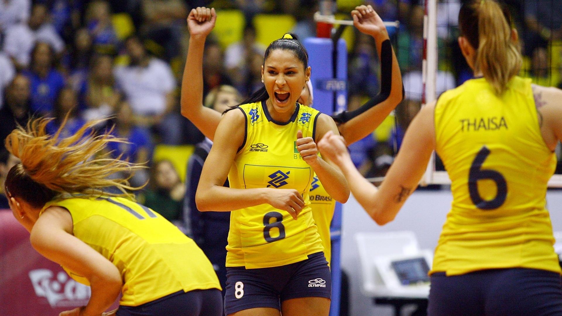 Jaqueline grita para comemorar ponto marcado na partida contra a Alemanha