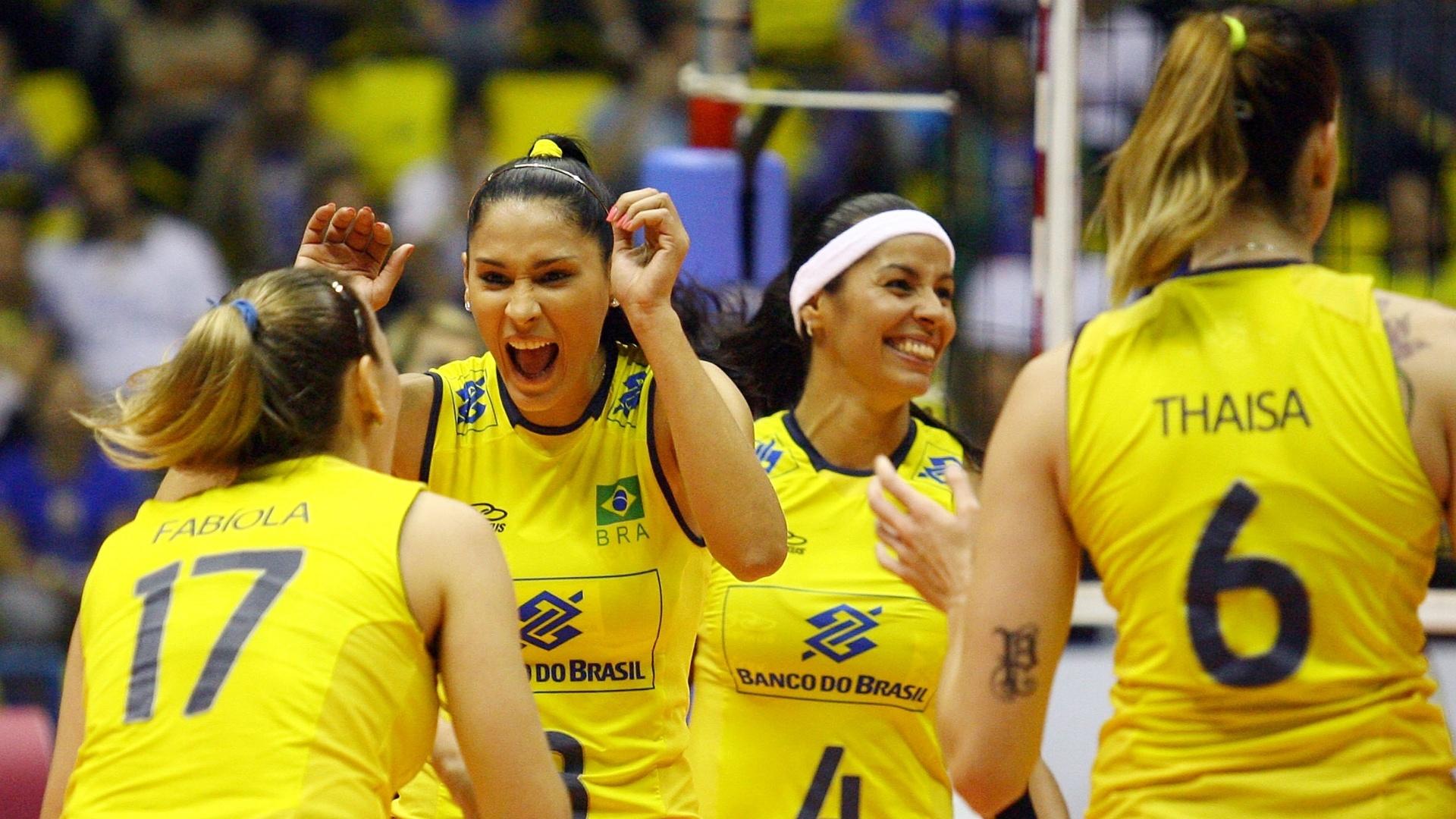Jogadoras brasileiras comemoram ponto da equipe durante o confronto contra as alemãs, em São Bernardo