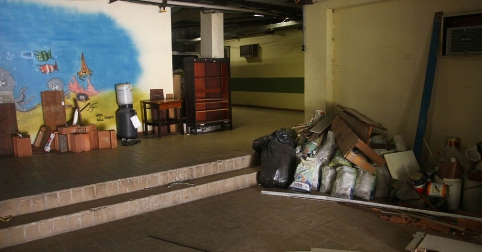 Na caminhada pelo CCS, entulhos e material para obras ficam estocados nos corredores, em área próxima aos laboratórios da unidade