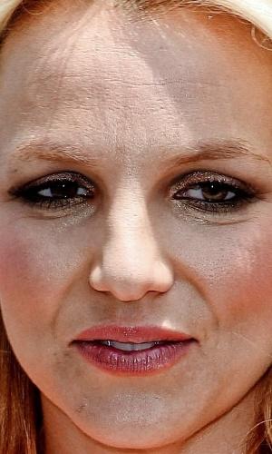 Não usar o Photoshop - Uma das ''maldades'' possíveis com as celebridades é justamente não usar o programa de edição de imagens para esconder imperfeições. O site ''Celebrity Close Up'' tem alguns flagras que mostram de perto rostos de famosos. Na foto,