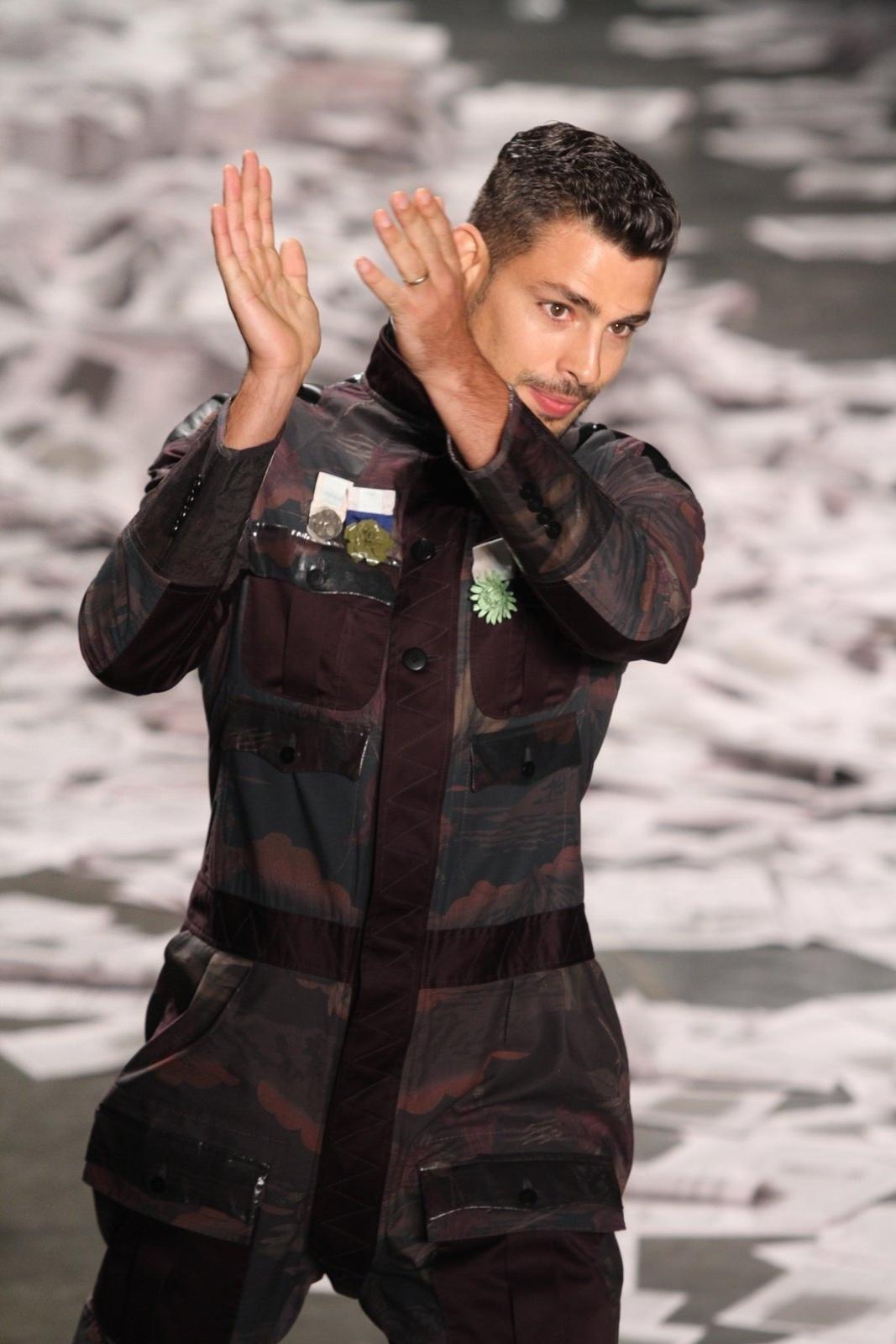 O ator Cauã Reymond desfilou pela grife Alexandre Herchcovitch no quinto dia da São Paulo Fashion Week (15/6/12)