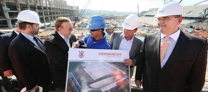 O presidente da CBF, José Maria Marin, conversou com operários e engenheiros que trabalham no futuro estádio em Itaquera (15/06/2012)