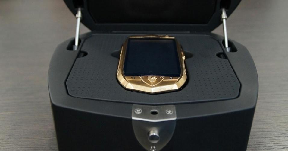 O smartphone Lamborghini TL 700 vem dentro de uma caixa (nada modesta) com o aparelho. A impressão que dá é que a fabricante quer que o smartphone seja uma espécie de jóia