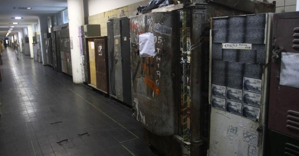Os estudantes da Escola de Belas Artes trancam os armários com enormes cadeados e correntes para impedir que os colegas tentem o arrombamento
