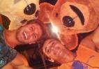 Ex-BBB's Jonas e Fael se divertem com ursos de pelúcia (Foto: Reprodução/Twitter)