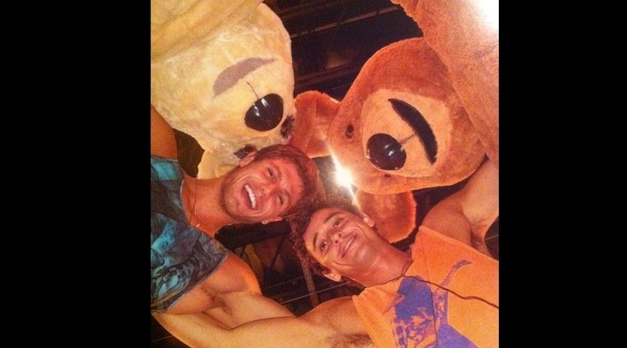 Os ex-BBB's Jonas e Fael posaram para foto abraçados a ursos de pelúcia (15/6/12)