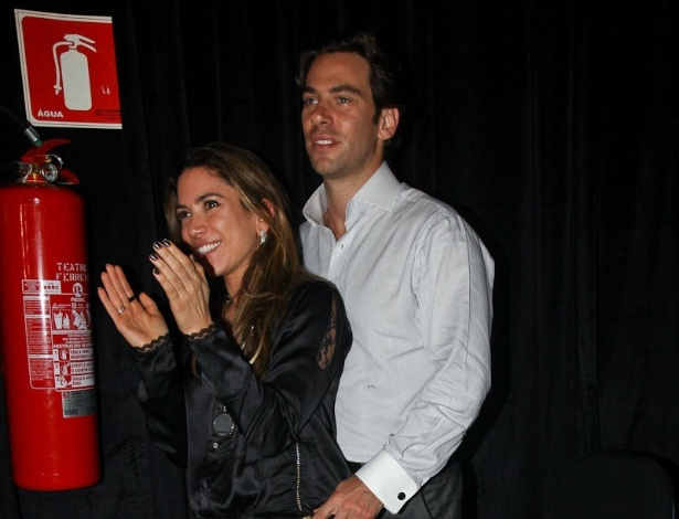 Patrícia Abravanel e o namorado prestigiam Tiago Abravanel em espetáculo (14/6/12)