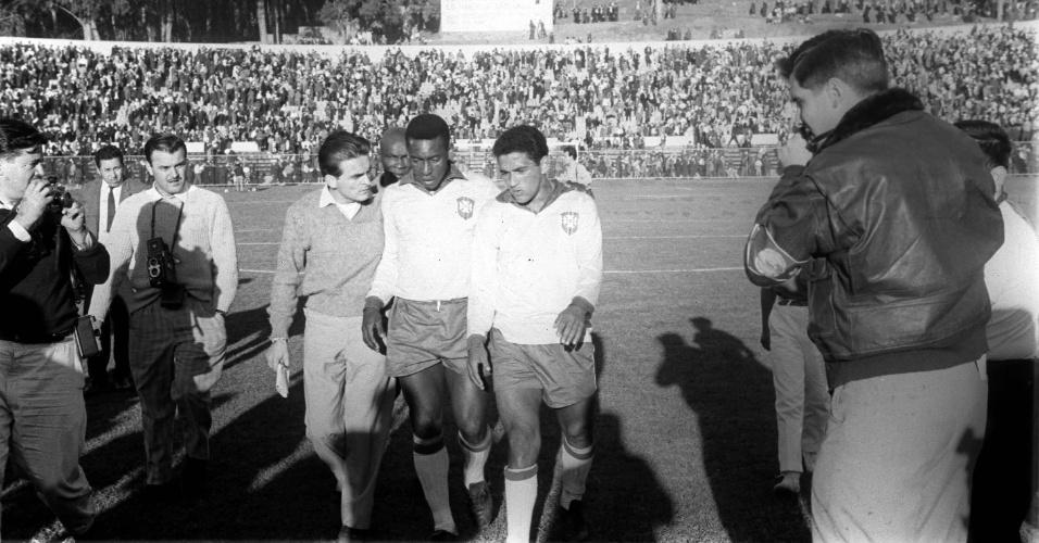 Pelé e Garrincha após empate sem gols com a Tchecoslováquia pelas oitavas-de-final