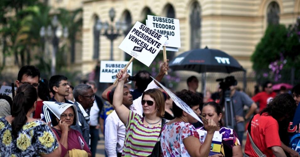 Professores da rede estadual de ensino de São Paulo fizeram nesta sexta-feira (15) uma assembleia no centro da capital Paulista, em frente à Secretaria de Educação. Eles pedem a incorporação de bônus aos salários, implementação da jornada extraclasse prevista na lei do piso salarial nacional e reposição de perdas
