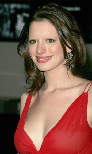 Tirar as sobrancelhas - Outro truque de Photoshop que deixa as celebridades com aparência bizarra é apagar totalmente suas sobrancelhas. Na foto, a atriz Anne Hathaway