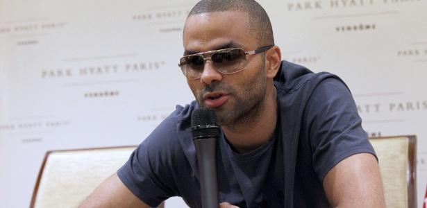 Tony Parker utilizou óculos escuros em coletiva para proteger olho machucado em briga (15/06/12)