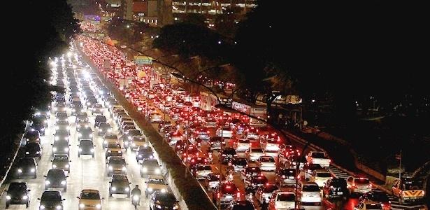 Trânsito na avenida 23 de Maio, em São Paulo: o visual é bonito, mas a sensação é insuportável  - Jorge Araújo/Folha Imagem