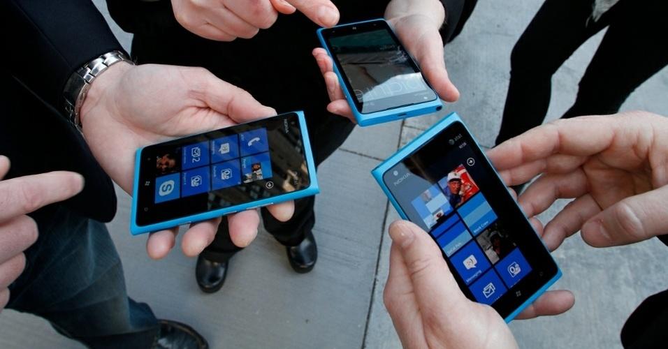 Usuários mexem com smartphones Nokia Lumia 900 com sistema Windows Phone durante eventos nos Estados Unidos