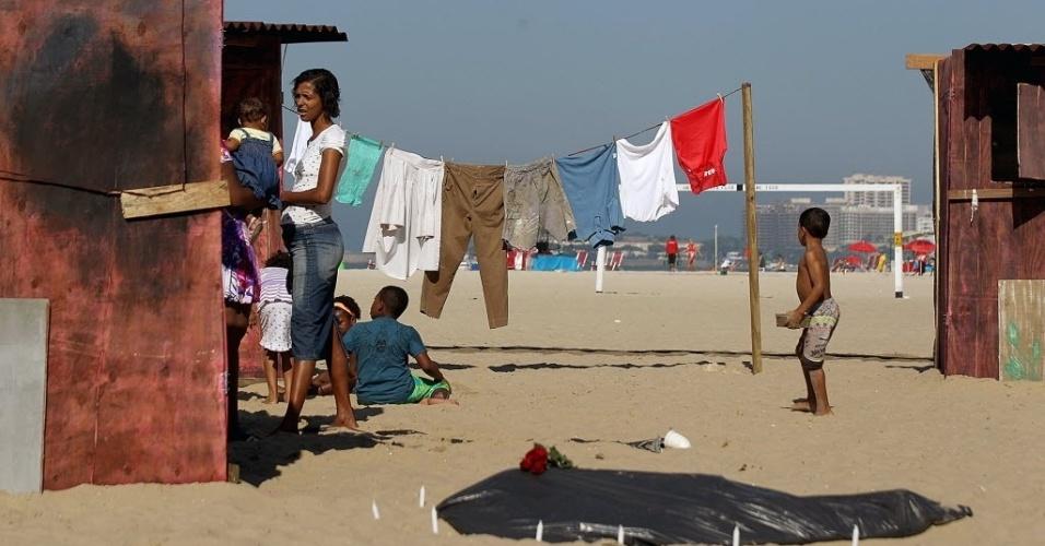 """16.jun.2012 - A ONG Rio de Paz instalou na praia de Copacabana uma favela fictícia para """"dar visibilidade aos invisíveis"""" durante a Rio+20, Conferência da ONU sobre Desenvolvimento Sustentável. A iniciativa pretende chamar atenção para que os governantes não se esqueçam dos pobres"""