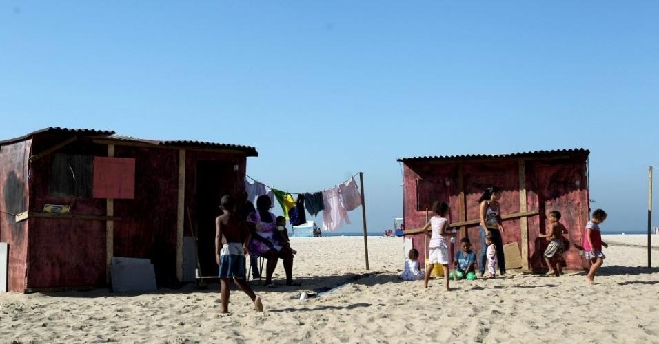 """16.jun.2012 - A ONG Rio de Paz instalou na praia de Copacabana uma favela fictícia para """"dar visibilidade aos invisíveis"""" durante a Rio+20, Conferência da ONU sobre Desenvolvimento Sustentável.  A favela é composta por três barracos de madeira, simulando a realidade dos moradores de comunidades pobres do Rio de Janeiro"""