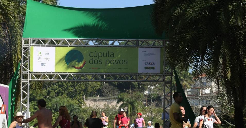 16.jun.2012 - Ativistas brasileiros e estrangeiros comparacem à Cúpula dos Povos, um dos maiores eventos paralelos da Rio+20, Conferência da ONU sobre Desenvolvimento Sustentável. A cúpula reúne mais de 500 entidades e organizações civis e espera receber cerca de 25 mil pessoas