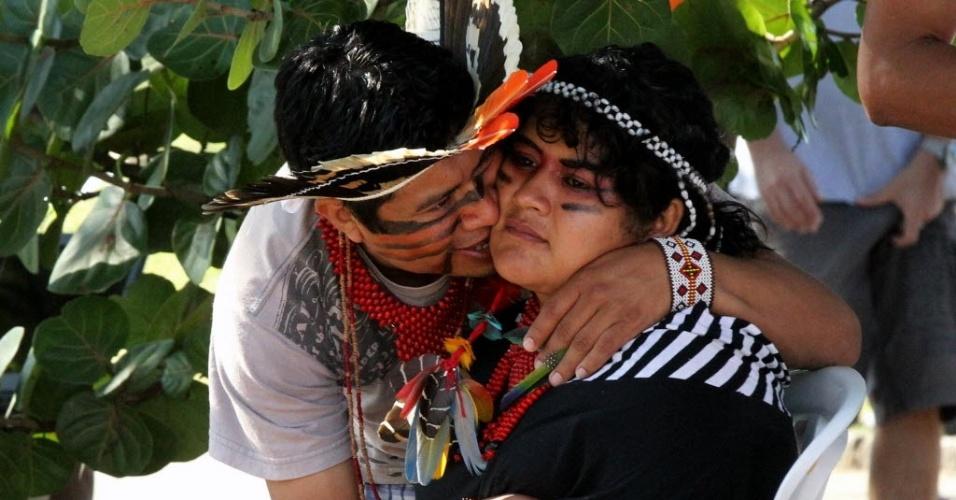16.jun.2012 - Índios se abraçam durante Cúpula dos Povos, um dos maiores eventos paralelos da Rio+20, Conferência da ONU sobre Desenvolvimento Sustentável