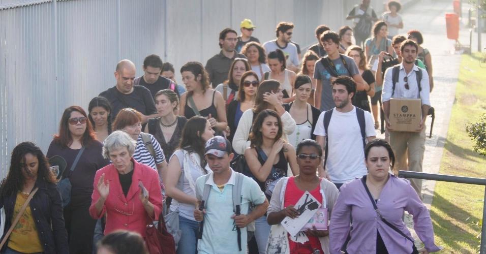 16.jun.2012 - Jornalistas, ambientalistas, pesquisadores e demais participantes caminham até ônibus que faz o trajeto pela cidade para conhecer problemas e contrastes ambientais