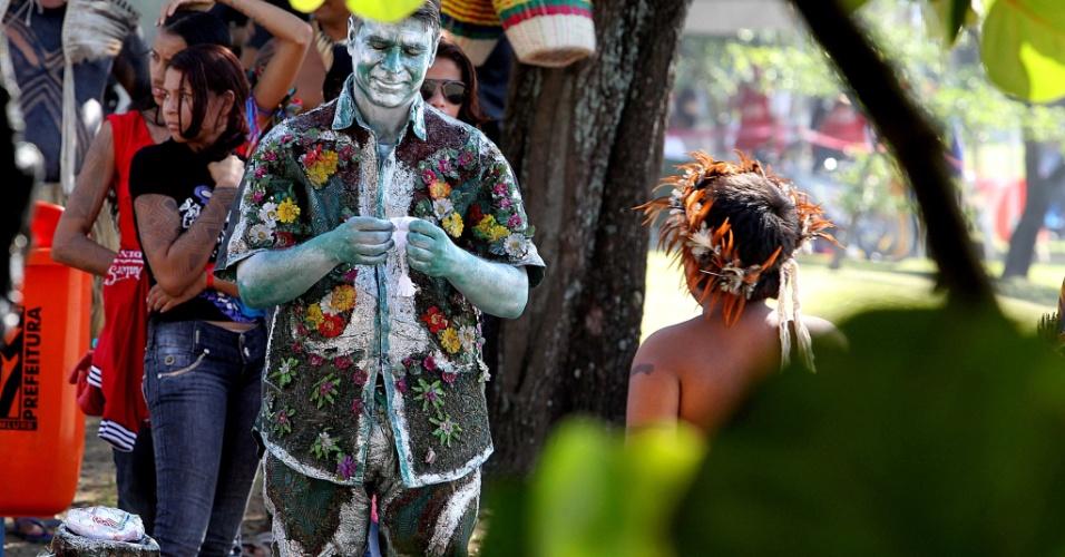 16.jun.2012 - Manifestante pintado de verde participa da Cúpula dos Povos, um dos maiores eventos paralelos da Rio+20, Conferência da ONU sobre Desenvolvimento Sustentável